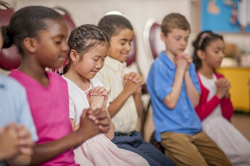 Children-Praying-Together-cm