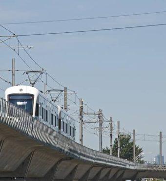 Light rail train northbound on raised track-cm
